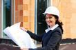 Architekt mit Bauplan auf Baustelle
