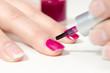 Fingernägel lila lackieren