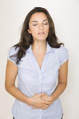 Schöne Frau mit Bauchschmerzen