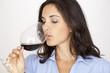 Schöne Frau trinkt Rotwein
