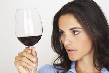 Schöne Frau mit Rotwein