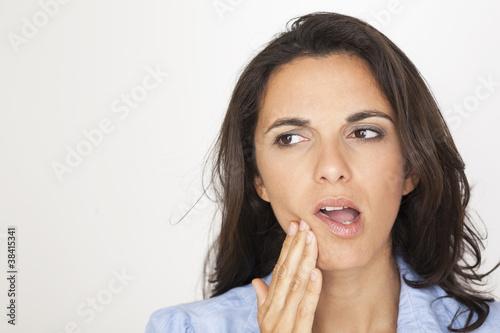 Schöne Frau mit Zahnschmerzen