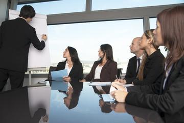 Gruppe von Büroangestellten bei Workshop im Schulungsraum