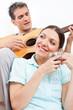 Mann mit Gitarre singt für Frau