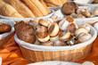 Brotkorb mit Brot und Brötchen