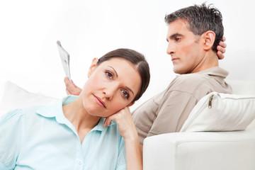 Älteres Paar schweigt sich an