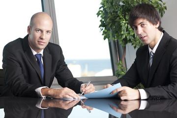Erfolgreiche Geschäftmänner am Tisch im Büro