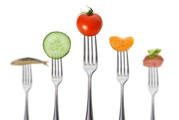 gesunde vollwertkost mit fleisch und fisch / tiefenschärfe
