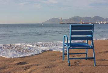 une chaise à la plage de cannes