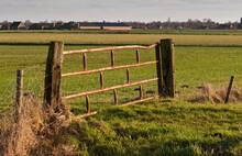Rusty vieille clôture entre poutres en bois
