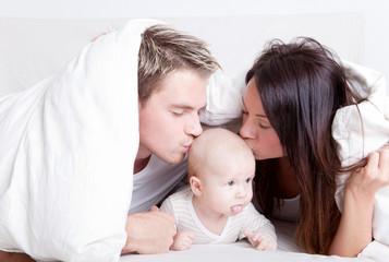 mit baby kuscheln