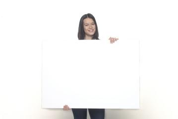 ragazza con cartello bianco