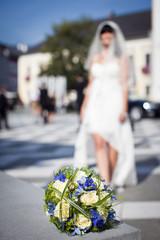 Schöner Brautstrauß im Vordergrund