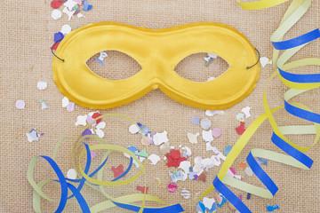 Maschera di carnevale con coriandoli e stelle filanti