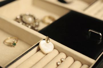 Coeur en nacre et autres bijoux dans un coffret