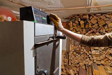 Holzheizung bedienen