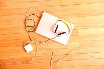 Laptop und Kopfhörer