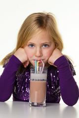 Kleines Kind trinkt heisse Schokolade