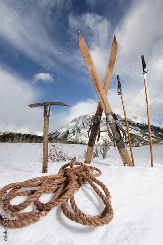 Leinwanddruck Bild vintage skis and ice axe
