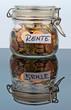 Flas mit Münzen für Renten-Vorsorge