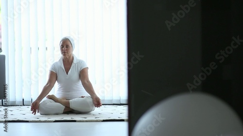 Senior woman doing yoga: Full HD Photo JPEG