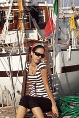 bella ragazza al porto