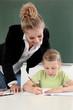 Lehrerin überprüft die Hausaufgaben