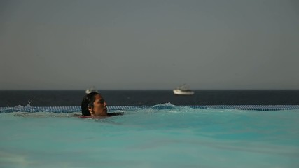 Frau springt im Wasser