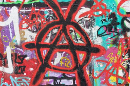 Graffiti Wand mit Arnachie Zeichen bemalt