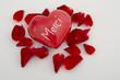 Merci-Herz und Blütenblätter