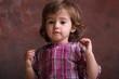Kleinkind mit Ketten