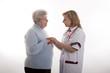 Ärztin gibt Seniorin die Hand 2