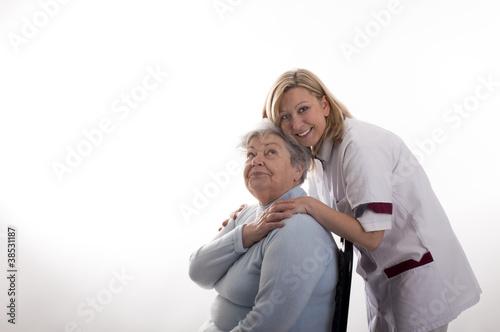 Pflegerin mit Seniorin 2