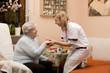 Altenpflegerin macht Hausbesuch bei Seniorin 3