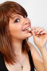 Jeune femme mangeant ungâteau au chocolat