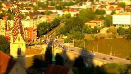 Verkehr auf einer Strasse im Zeitraffer
