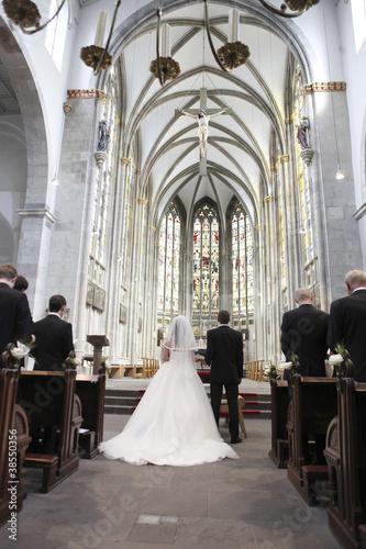 brautpaar am traualtar in der kirche