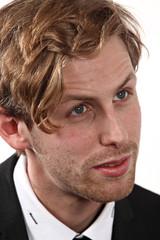 portrait jeune homme blond
