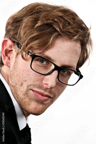 jeune modèle blond portant lunettes