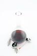 vin rouge décantant dans une carafe