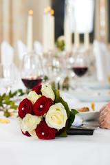 Brautstrauß auf einem Hochzeitstisch