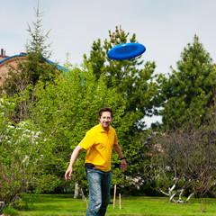 Man playing frisbee at his backyard