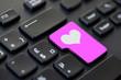 Touche coeur rose sur un clavier d'ordinateur