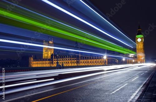 trasy-ruchu-przechodzace-przez-budynki-parlamentu