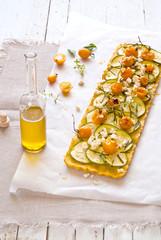 Tart vegan alle zucchine, pomodorini gialli e tofu.