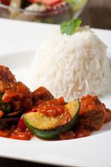 indisches Currygericht mit Zucchini und Reis