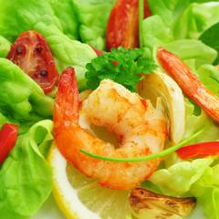 Garnele auf grünem Salat mit Zitrone