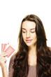 junge frau schaut auf ihre poker karten
