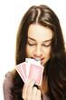junge frau zieht eine poker karte mit ihren zähnen