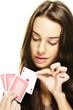 junge schöne frau wählt eine poker karte